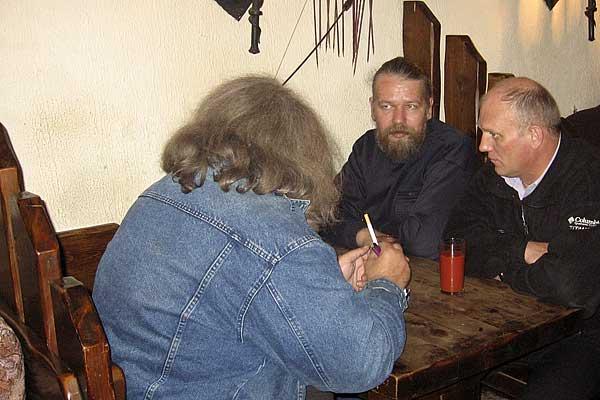 апатитский ресторан Викинг, знаменитый своим тормозным обслуживанием. единственным его достоинством является то, что там можно курить, что в Апатитах большая редкость. справа наш друг Сергей Начевкин.