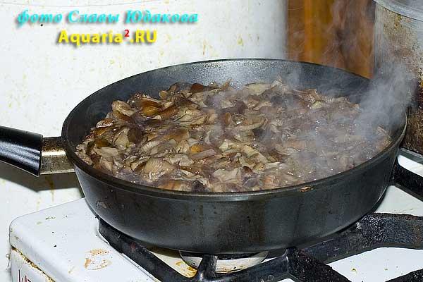 Вскорости грибы начнут выпускать сок, и с перемешиваем сразу станет гораздо проще.